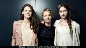 La directora rodeada de sus actrices