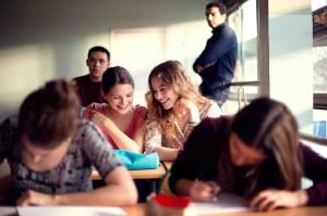 Charlie y Sarah en el aula